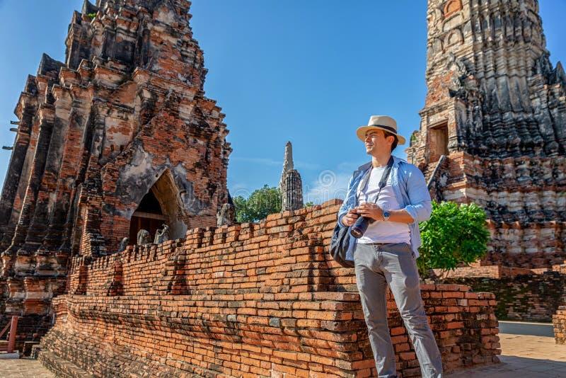 E ?stliga Asien sommarferier Caucasian manturist som ser den Wat Chaiwatthanaram templet Turist arkivbild