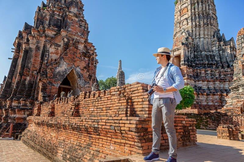 E ?stliga Asien sommarferier Caucasian manturist som ser den Wat Chaiwatthanaram templet Turist royaltyfri fotografi