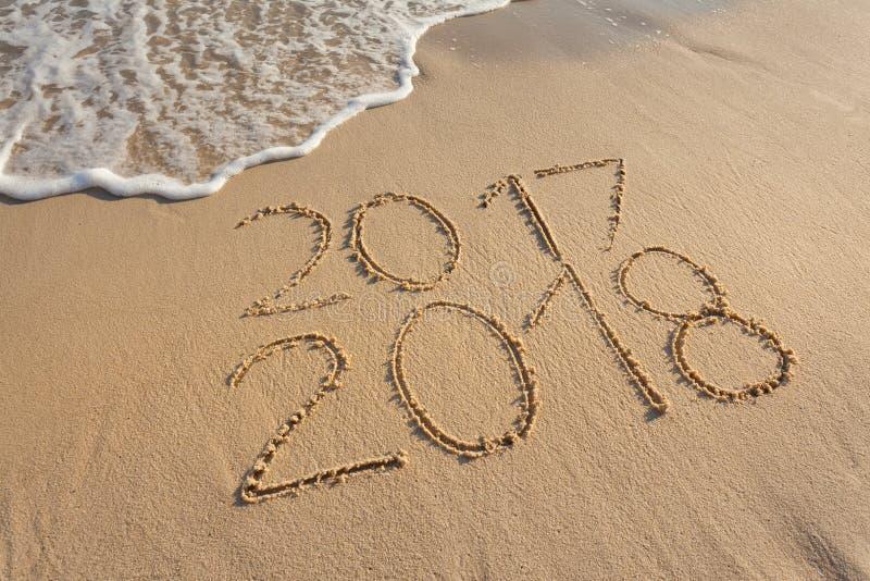 2017 e 2018 sulla spiaggia soleggiata al tramonto fotografia stock libera da diritti