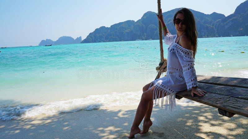 E Swing p? stranden royaltyfria bilder