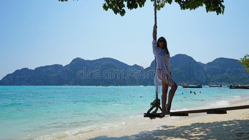 E Swing p? stranden arkivfoton