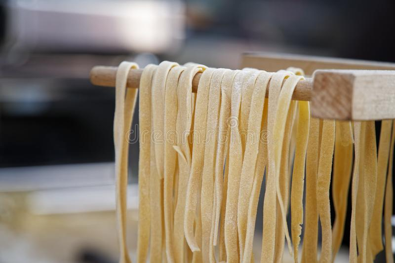 E Szef kuchni robi świeżemu włoskiemu tradycyjnemu makaronowi obraz stock