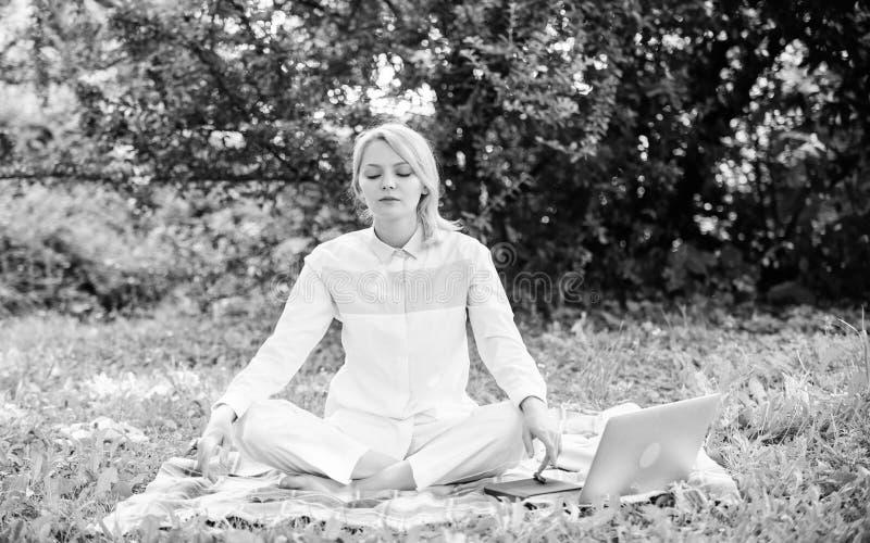 E t Κορίτσι meditate στο πράσινο υπόβαθρο φύσης λιβαδιών χλόης κουβερτών r στοκ εικόνες