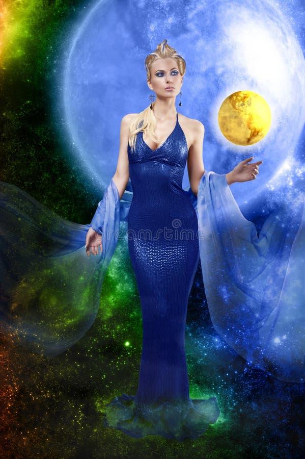 E.T. dame met gouden planeet stock afbeelding