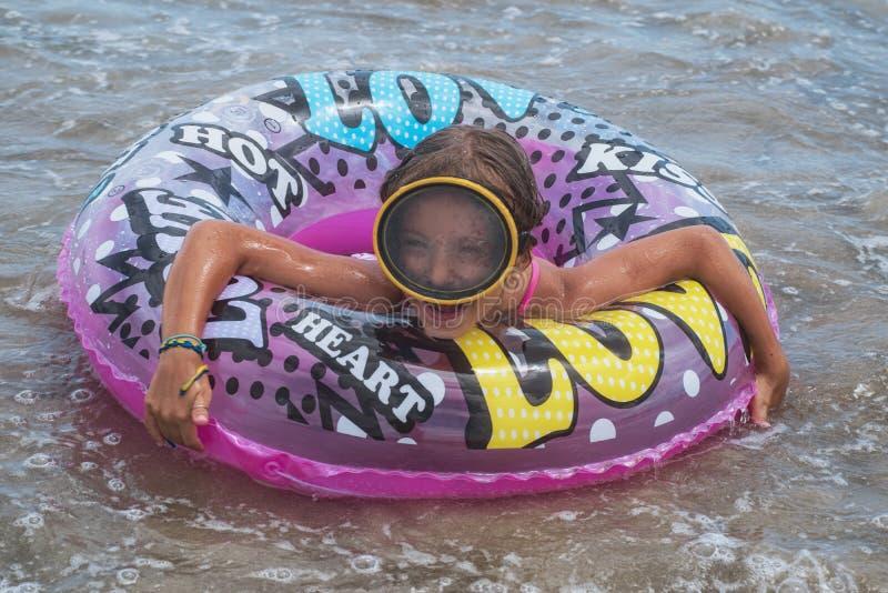 E Temps de vacances Sur le visage est un masque de l'eau photos libres de droits