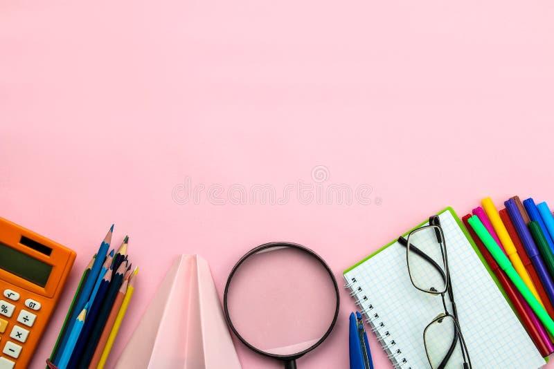 E Terug naar School Het is ge?soleerd op een witte achtergrond Onderwijs Hoogste mening stock foto