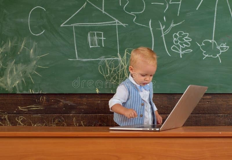 E Tipo teclado del niño del genio de ordenador r imagen de archivo libre de regalías