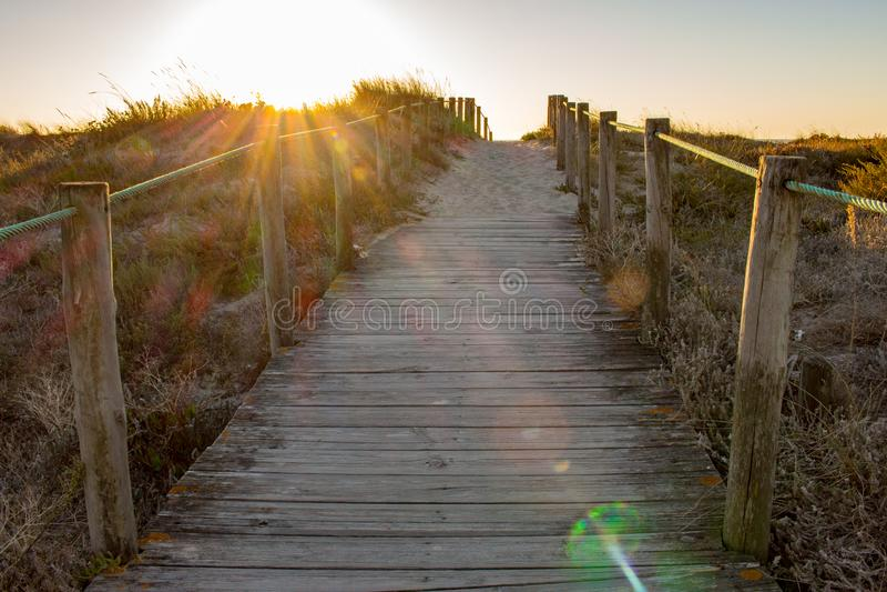 E Toneelzonsondergang op kust Het lopen concept Caminode Santiago manier stock afbeelding