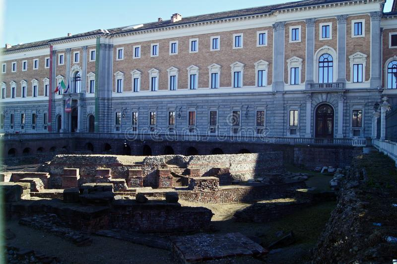 Palais royal Palazzo Reale de l'Italie Turin et reste de théâtre romain antique photo stock