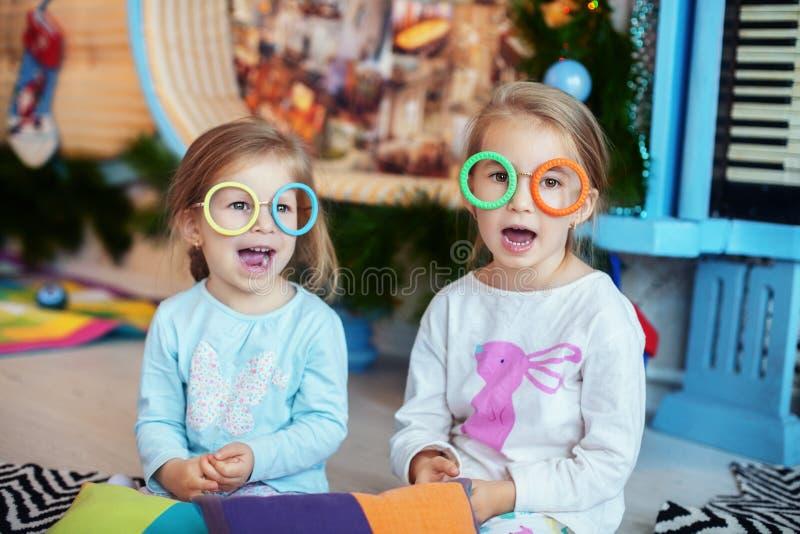 E Twee zusters Het concept Kerstmis stock foto's