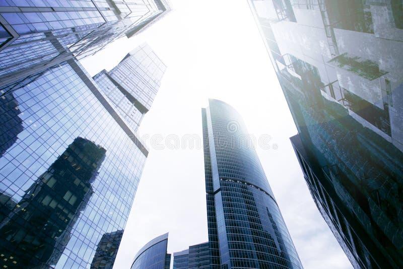 E Une vue moderne de ville de Moscou de centre d'affaires de bas en haut photos stock