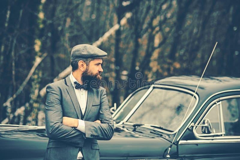 E Uomo o guardia giurata della scorta Automobile retro della raccolta e riparazione automatica dall'autista del meccanico Ragazzo fotografie stock