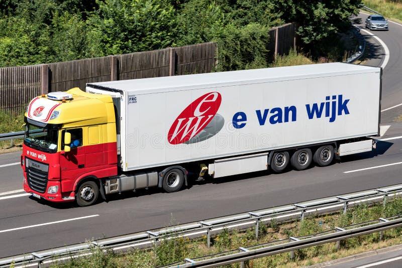 e van Wijk vrachtwagen op autosnelweg stock foto