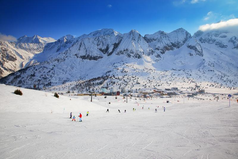 E Vista di Adamello, montagne dalla città di Tonale, alpi italiane, Europa di Presanella fotografia stock libera da diritti