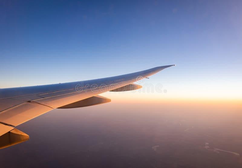 E Vol d'avion sur le ciel bleu r r images libres de droits