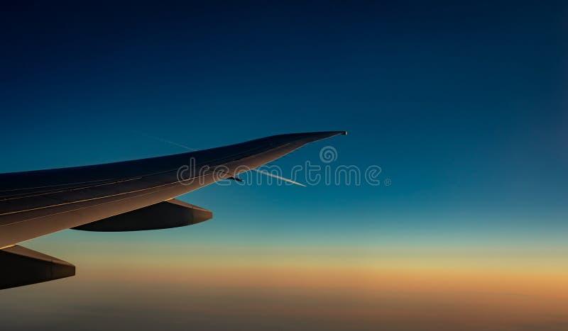 E Vol d'avion sur le ciel bleu r r image libre de droits