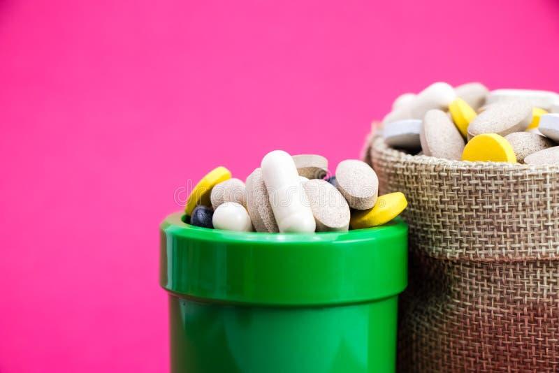 E vue de côté de bouteille verte de médecine médecine r photos libres de droits