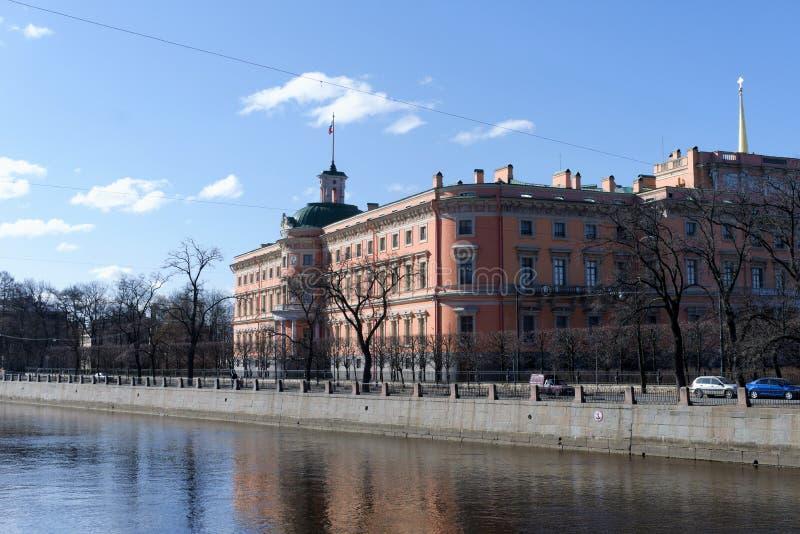 E Vue de la rivière de la part du château médiéval au centre de la ville photos stock