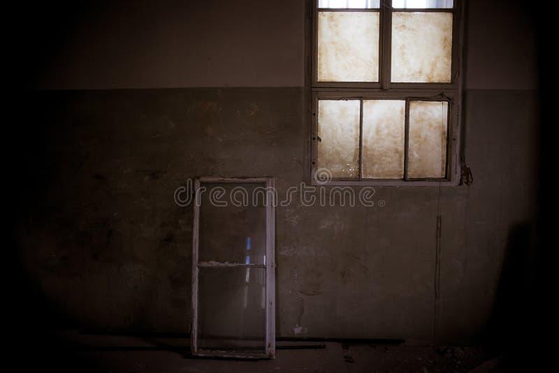 E vuil en wanorde op sociale faciliteiten Gebroken venster stock foto