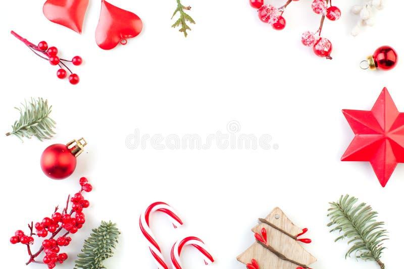 E Weihnachtsbaumaste und rote Dekorationen auf weißem Hintergrund Flache Lage, Draufsicht mit Kopienraum lizenzfreie stockfotos
