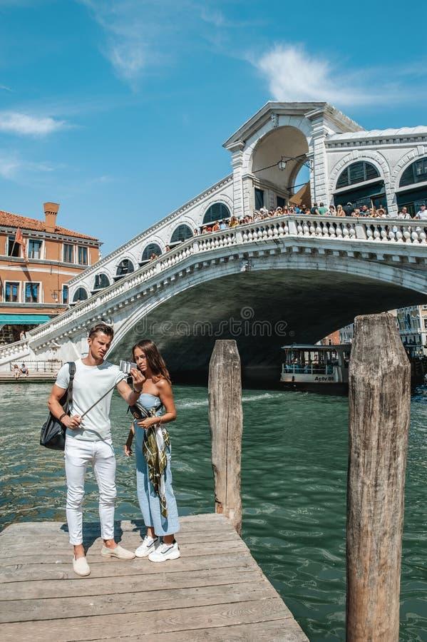 E Wenecja jest miastem W?ochy Tury?ci chodz? wzd?u? deptaka miasto i bior? selfies fotografia stock
