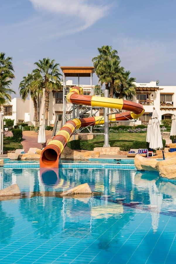 E Wnętrze hotel dla odtwarzania Basen z błękitne wody, drzewka palmowe, słońc łóżka fotografia royalty free