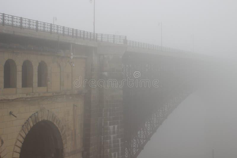 Eads-Brücke im Nebel lizenzfreie stockfotos