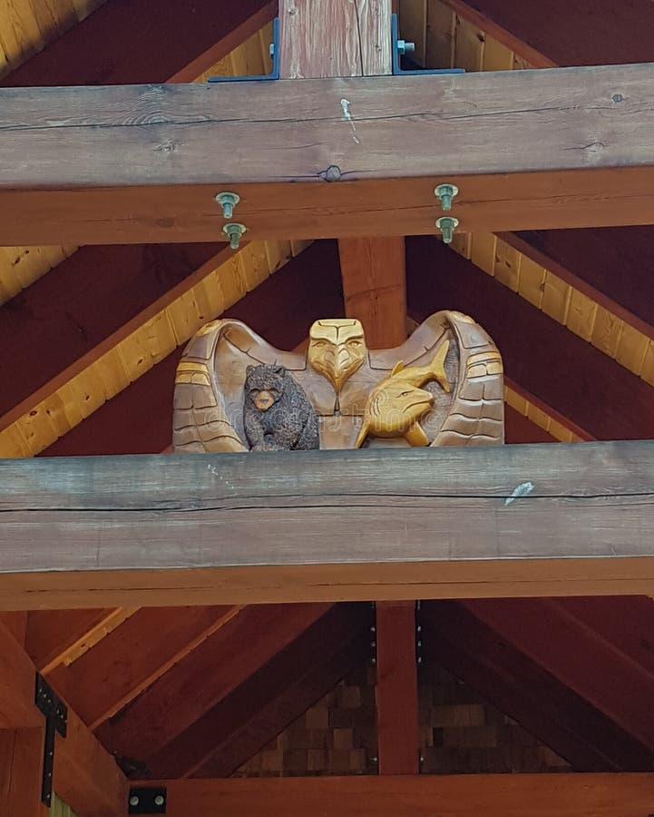 Eagle Bear Carving arkivfoton