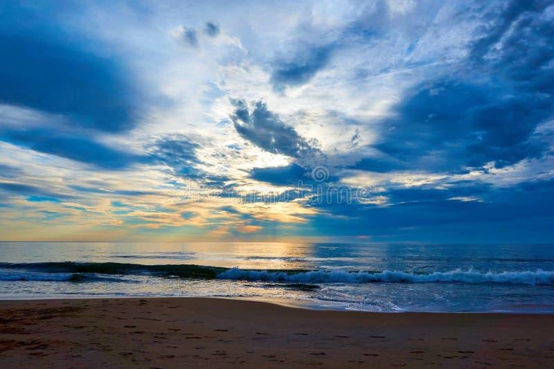 Eagle deu forma à nuvem na manhã do verão fotografia de stock