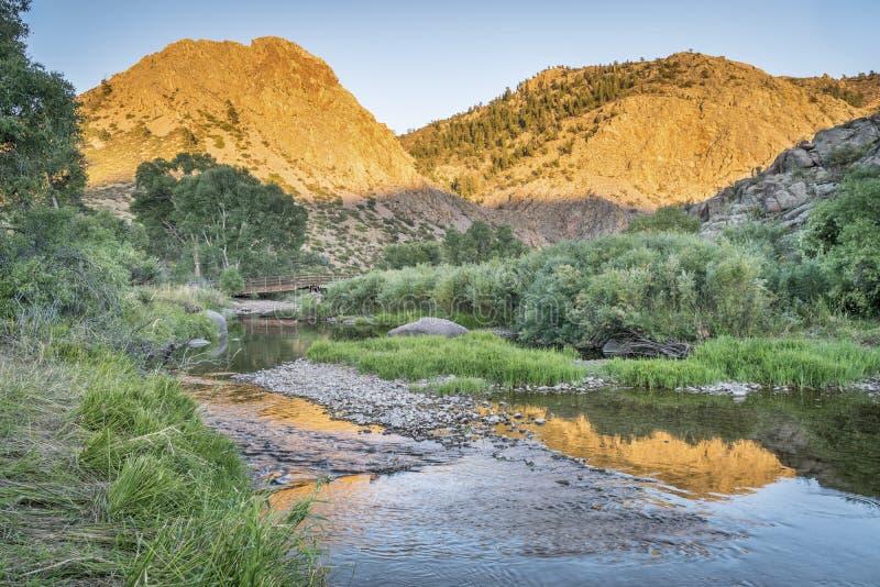 Eagle Nest Rock e rio de Poudre foto de stock