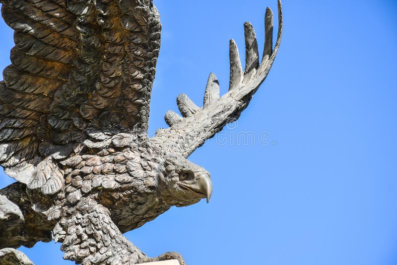 Eagle-standbeeld met uitgespreide vleugels stock foto