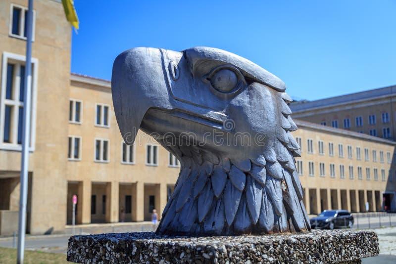 Eagle staty på Tempelhof Berlin fotografering för bildbyråer