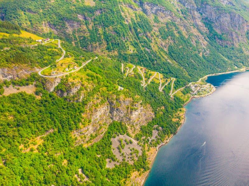 Eagle-Straßenwicklung in den Bergen vom Dorf Geiranger stockbilder