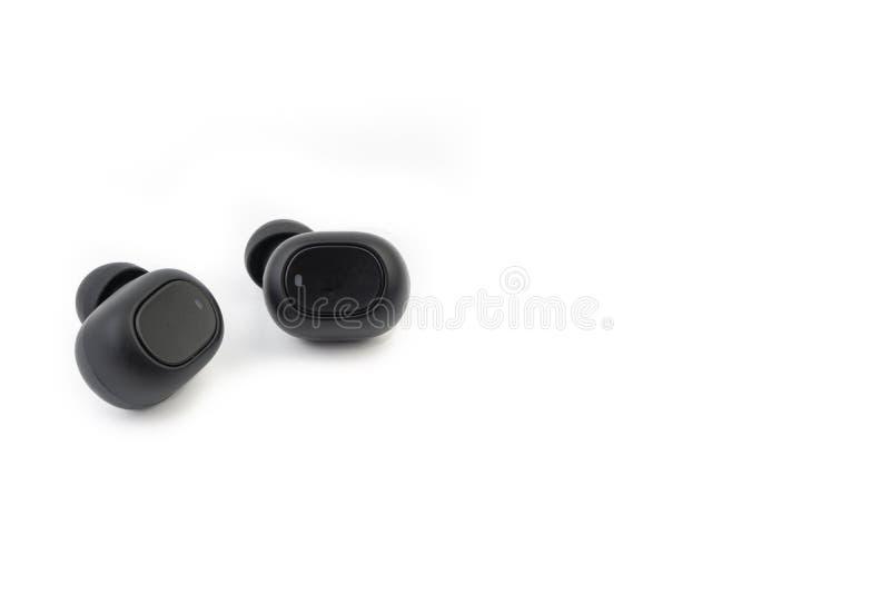 Earbuds ou fones de ouvido sem fio no fundo branco fotografia de stock royalty free