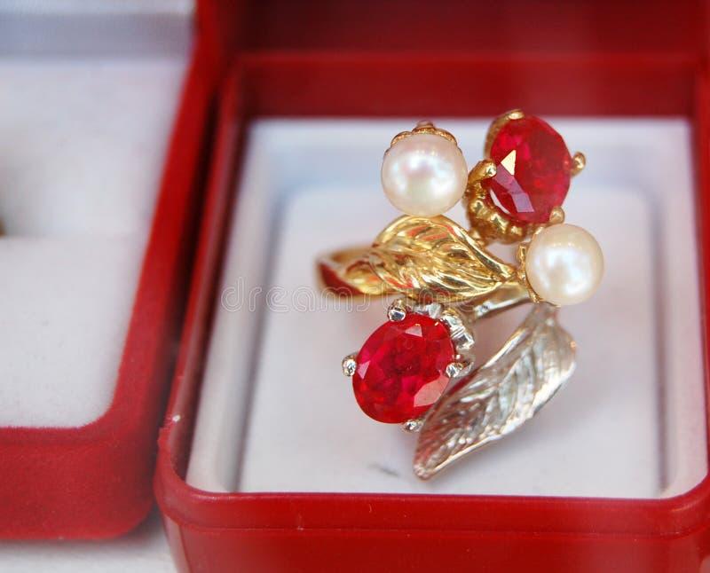 Earings de oro imagenes de archivo