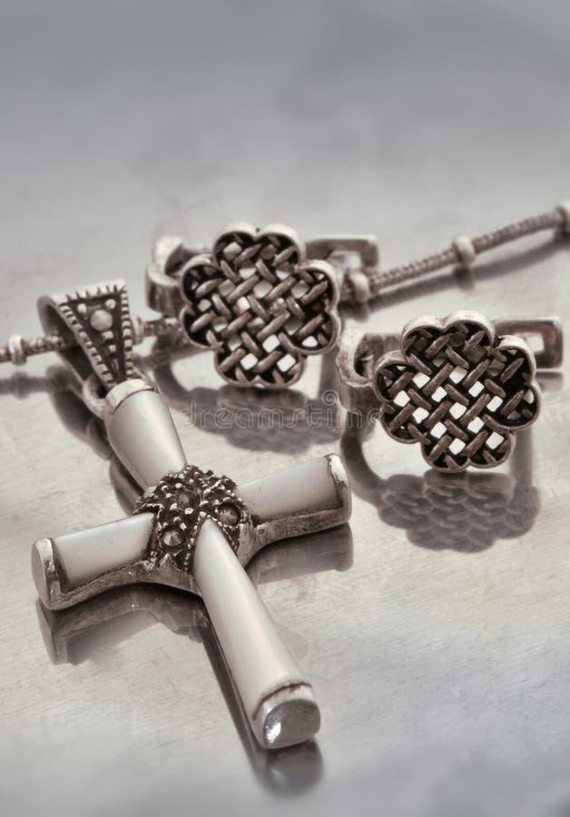 Earings und Halskette stockfotos
