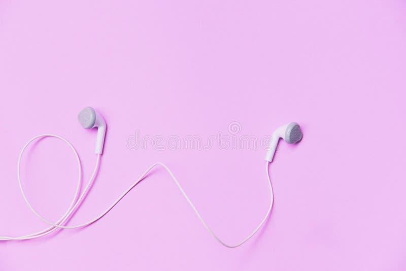 Earphons no fundo/música cor-de-rosa é minha vida e o entretenimento escuta o conceito da música fotografia de stock
