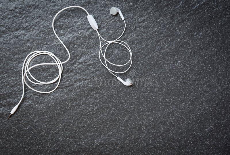 Earphons op donkere hoogste mening/Muziek als achtergrond is mijn leven en het vermaak luistert aan muziekconcept royalty-vrije stock foto