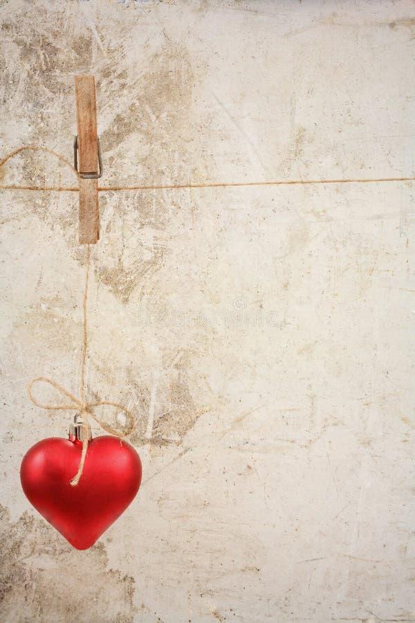 Eart jako symbol miłości, rocznika karta z czerwonym sercem na/Grunge rocznika miłości, valentine tle/ zdjęcie royalty free