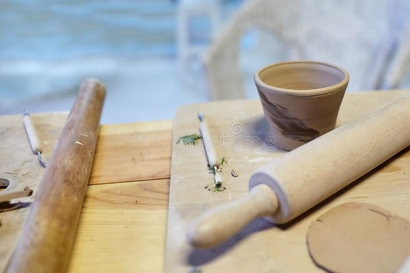 earthenware Κεραμικά προϊόντα από τον ακατέργαστο άργιλο Κούπα, σωροί στοκ εικόνες