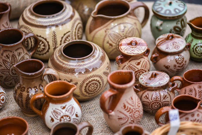 earthenware, crockery w rękodzieło hali targowej Kaziukas, Vilnius, Lithuania zdjęcia stock
