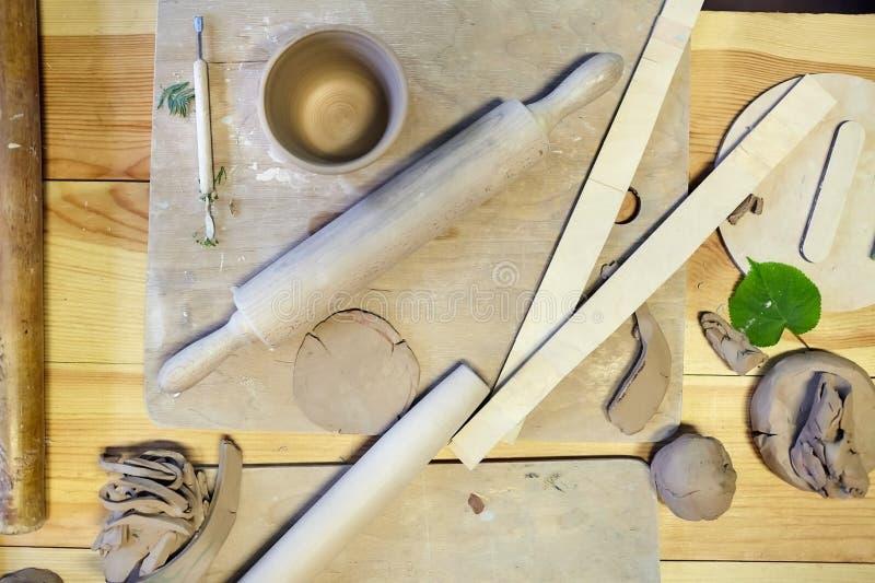 earthenware Productos de cerámica de la arcilla cruda Taza, placa, pila fotos de archivo libres de regalías