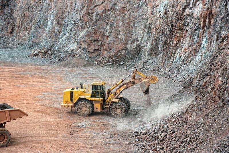 Earthmover w otwartej jamy kopalni łupie porfir skała obraz stock