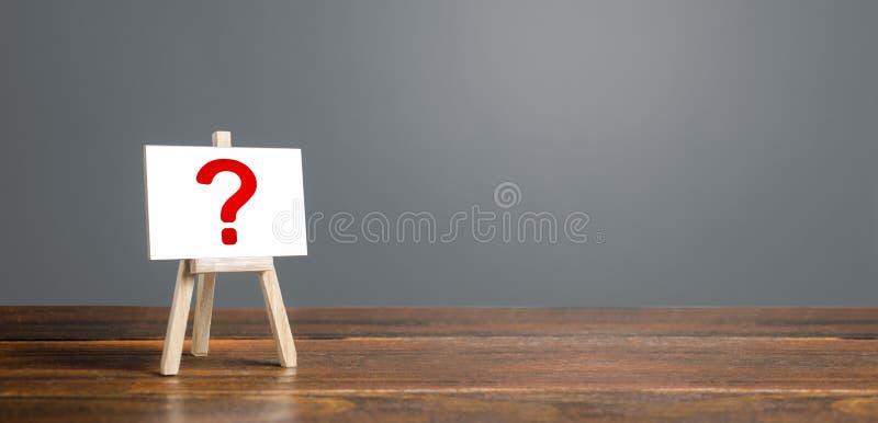Easel ze znakiem zapytania Pytania, szukanie prawdy Ciekawość, nauka i doskonalenie tajemnica, badania zdjęcie stock