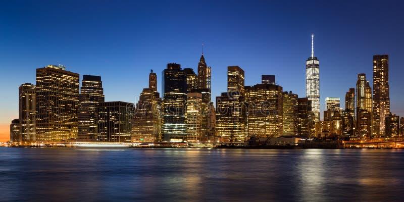 East河更低的曼哈顿,纽约晚上视图  免版税库存照片