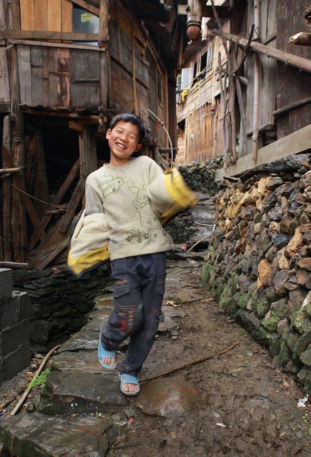 East Asia lantlig tonåringpojke 12 gamla år, kinesisk by. royaltyfri fotografi