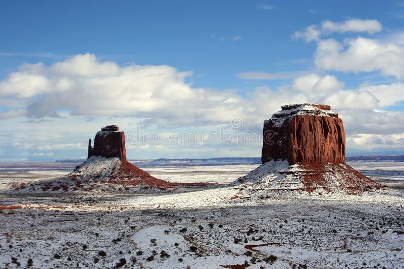East Mitten en Merrick Buttes na sneeuwval, Monument Valley, Arizona stock foto's