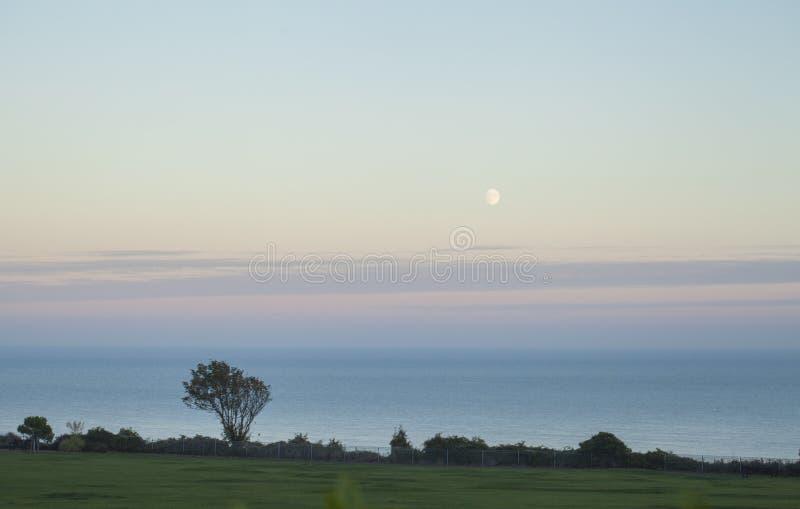 East Sussex, południowy Anglia brzeg, nieba, morza i półmrok -, zdjęcie stock