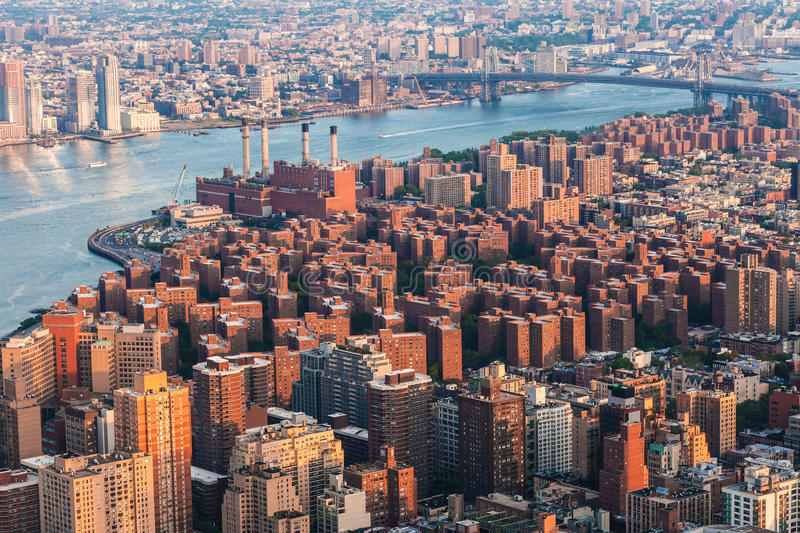 East Village em Manhattan, Peter Cooper Village Opinião de Arial da skyline de Brooklyn de New York City com a ponte de Williamsb fotos de stock royalty free