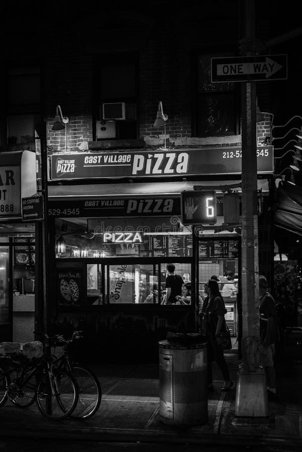 East Villagepizza på natten, i East Village, Manhattan, New York City arkivbild